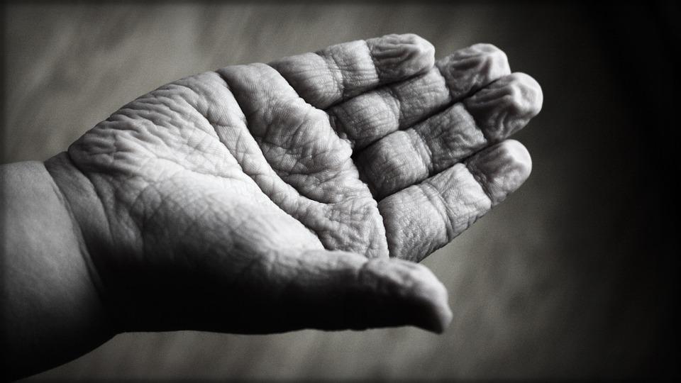 7 cose che segretamente rendono la tua pelle più vecchia