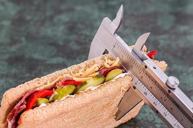 Chiama il cibo sano e meno sano, non buono e non buono